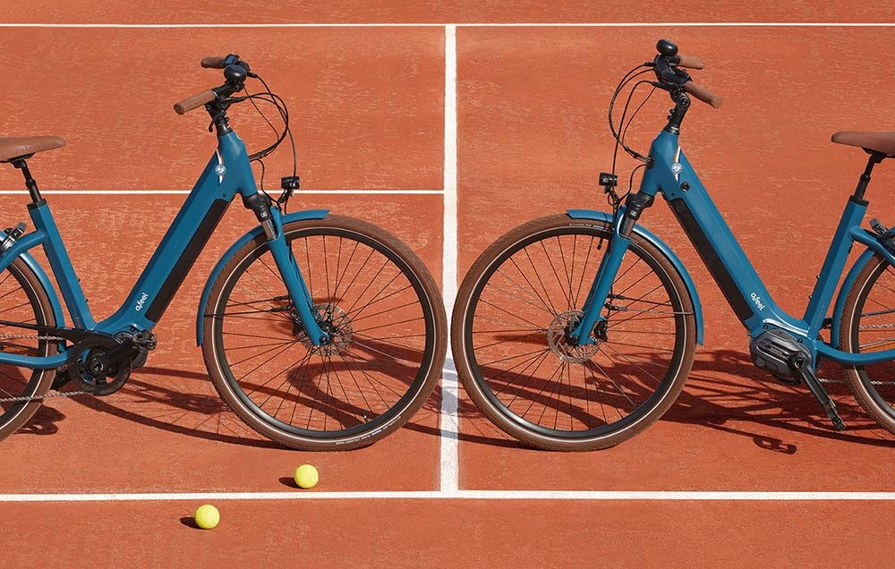 Deux iSwan édition limitée Roland Garros se faisant face sur un terrain de tennis
