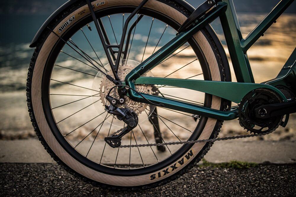 Gros plan sur une chaîne de vélo électrique KMC