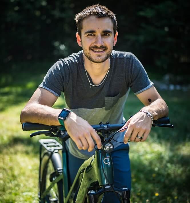 Portrait de Titouan Perrin-Ganier sur un vélo électrique O2feel