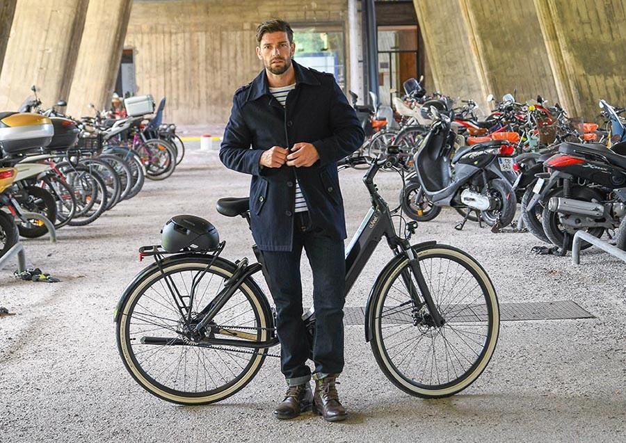 Un homme devant son vélo électrique