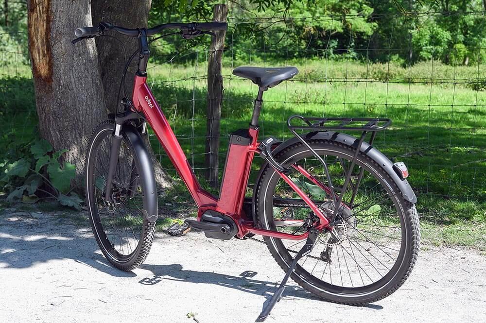 Un vélo électrique dans un chemin de terre