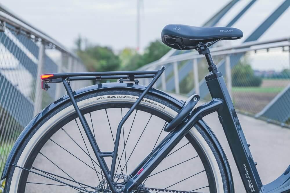 Gros plan sur un pneu arrière de vélo électrique Schwalbe