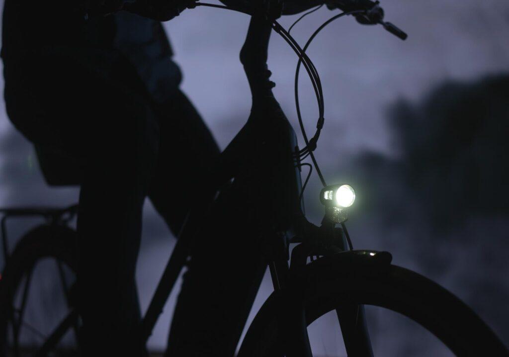 Un vélo électrique dans la pénombre