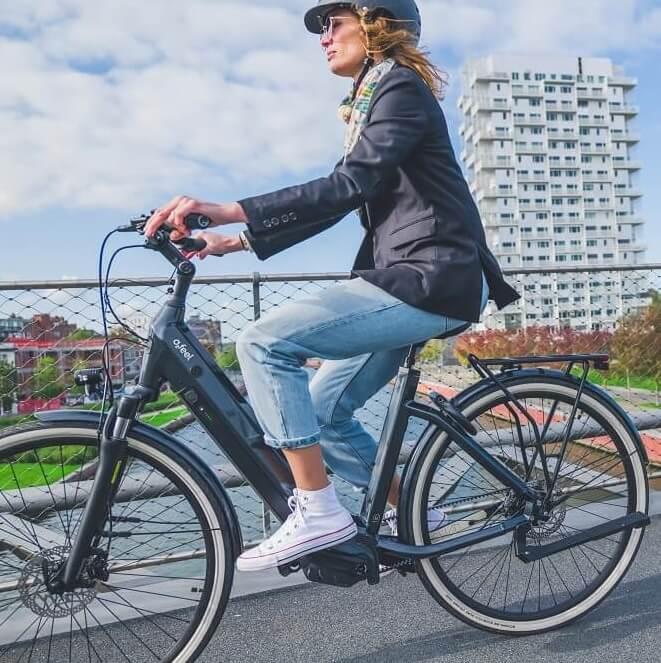 Une femme avec un casque sur son vélo électrique