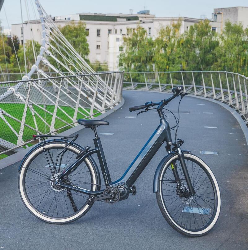 Un vélo électrique sur un chemin de randonnée urbain