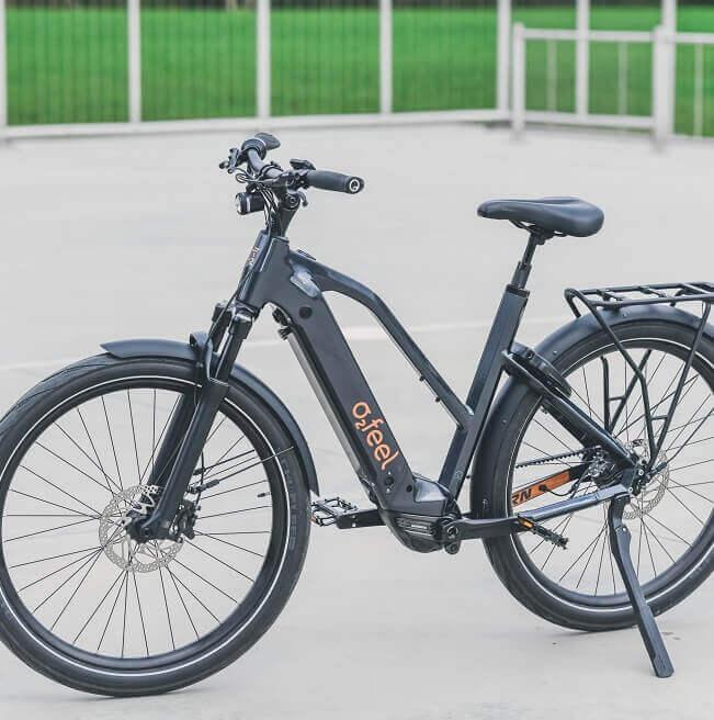 Un vélo électrique sur un terrain de basket
