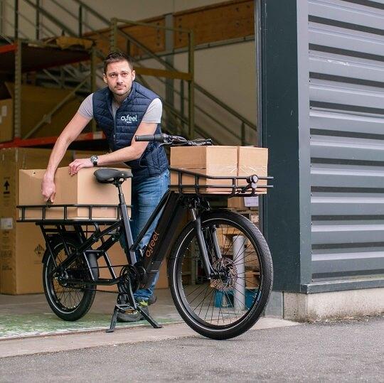 Un homme chargeant des cartons sur son vélo électrique cargo