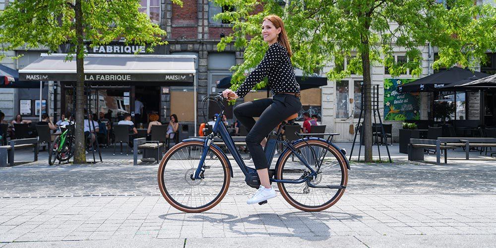 Femme sur un vélo électrique en centre ville